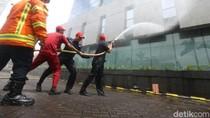 Tingkatkan Kewaspadaan, 600 Pegawai CIMB Niaga Simulasi Kebakaran