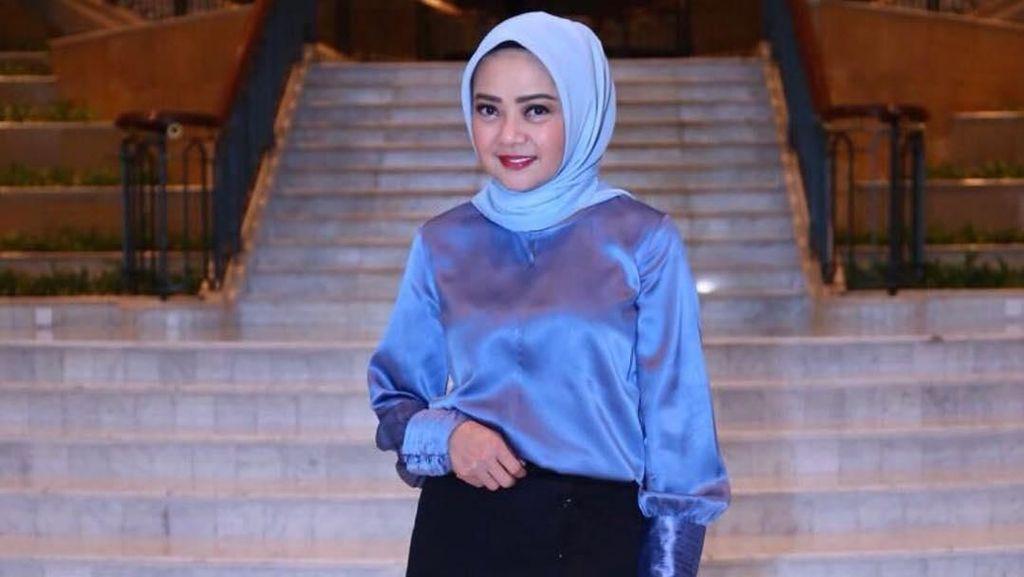 Foto: Gaya Hijab Simpel Dewi Ramlan, Kakak Olla Ramlan