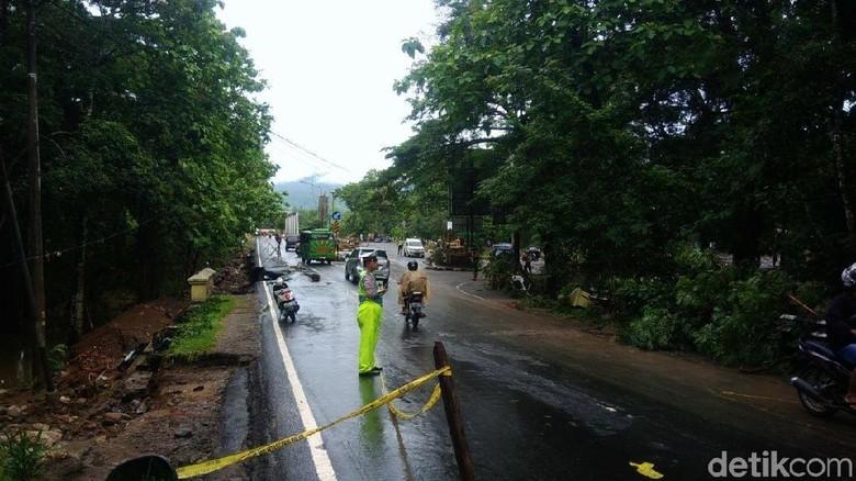 Setelah Ditutup karena Jalan Kembali - Gunungkidul Jalan kembali Pengendara yang melintas dari arah Yogyakarta menuju Wonosari dan mulai pagi ini sekitar pukul WIB