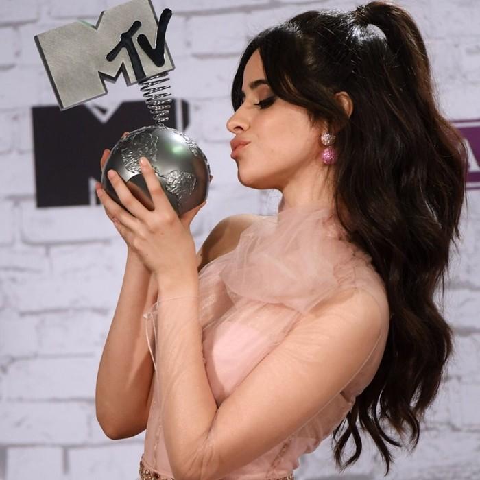 Mantan personil Fifth Harmony, Camila Cabello makin mantap bersolo karier. Pelantun lagu Havana ini pun telah mendapatkan sejumlah penghargaan atas karya-karyanya. (Foto: Instagram @camila_cabello)