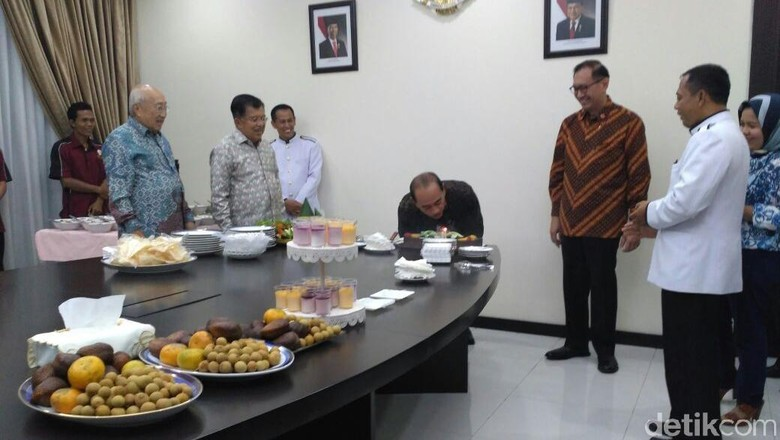 Saat JK Ikut Beri Surprise - Jakarta Suasana di Kantor Wakil Presiden mendadak ramai siang ini dengan adanya syukuran ulang tahun pegawai Sekretariat Wakil