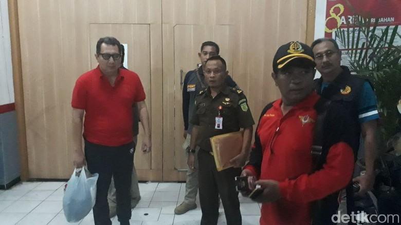 Terpidana Korupsi Hidup Bebas di - Surabaya Selama Tahun dr Bagoes Soedjito Suryo Soelyodikusomo bisa leluasa bekerja di Padahal terpidana ini menjadi buron kasus