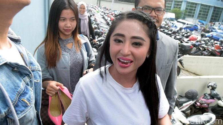 Sanggah Dewi Petugas Kami yang - Jakarta Biduan dangdut Dewi Persik berencana melapor balik petugas TransJakarta yang Harry Maulana Saputra lantaran mengaku disebut dengan