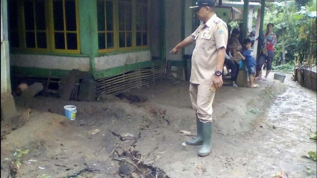 Sejumlah Rumah Rusak Akibat Pergerakan Tanah di Cianjur