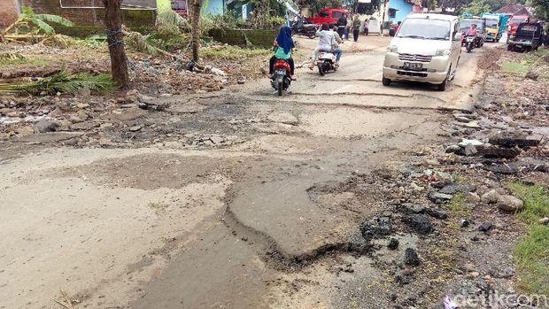 Aspal jalan rusak mengelupas