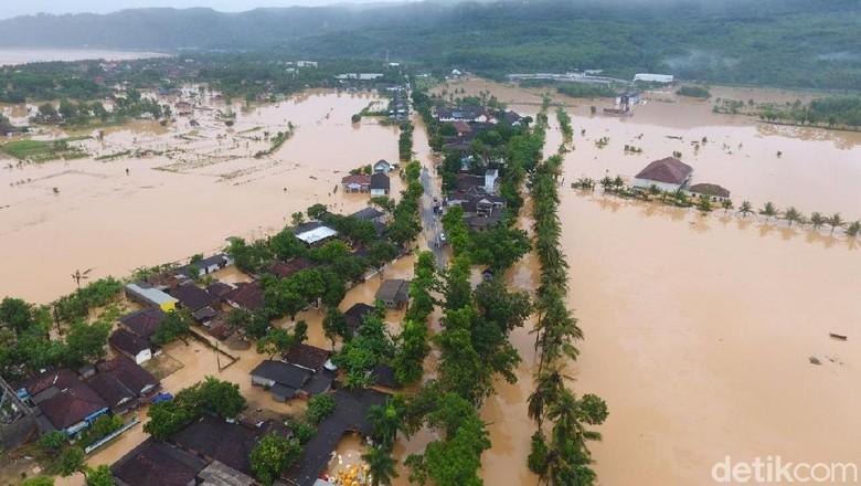 Untuk Korban Bencana di Daerah - Solo Presiden Susilo Bambang Yudhoyono telah berangkat dari Solo menuju Pacitan untuk meninjau dampak bencana yang terjadi di