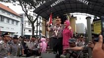 Foto: Momen Haru Saat Melepas Kapolrestabes Surabaya