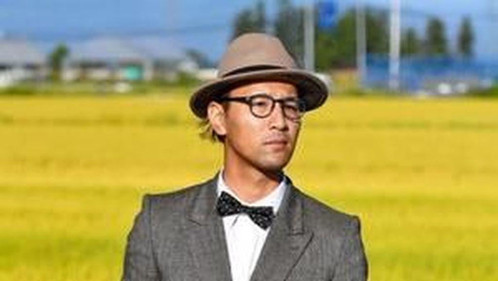 Foto: Petani Paling Fashionable, Pakai Setelan Jas saat Bekerja di Sawah