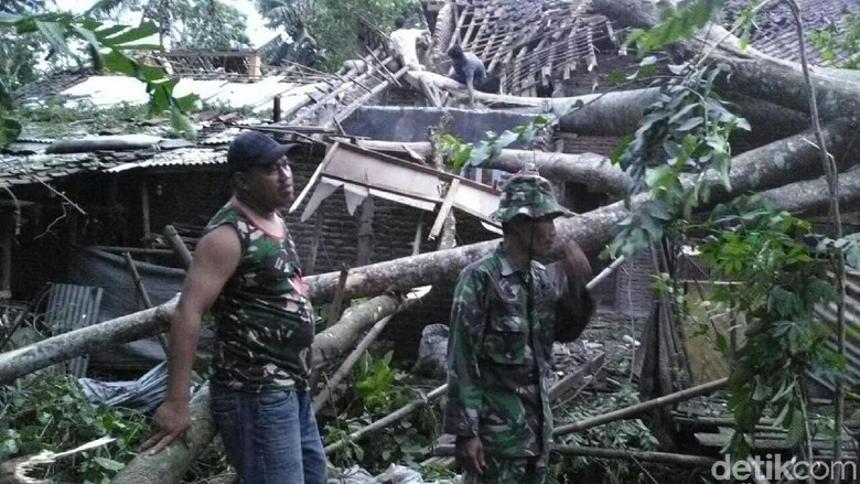Angin Kencang di Banyumas Timpa - Banyumas Angin kencang menerjang Kabupaten Jawa Akibatnya sejumlah pohon tumbang menimpa rumah dan pengendara motor yang Pengendara motor