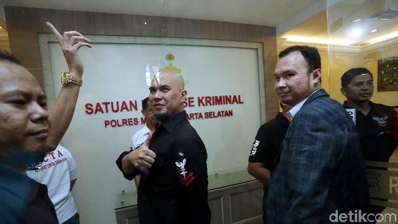 Irit Bicara Usai Diperiksa Ahmad - Jakarta Ahmad Dhani selesai menjalani pemeriksaan sebagai tersangka ujaran kebencian terkait cuitan sarkastis Pilgub DKI Setelah Dhani irit