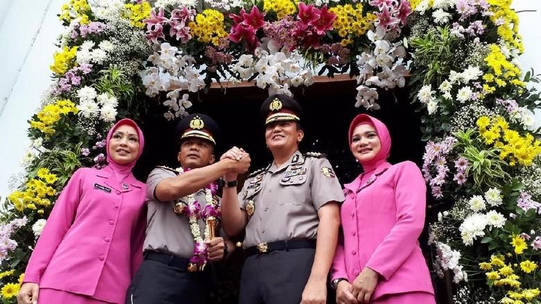 Masuk Polrestabes Kombes Rudi Setiawan - Surabaya Sholawat dan pedang pora sambut Kombes Pol Rudi Setiawan sebagai Kapolrestabes Hari ini Rudi resmi menggantikan Kapolrestabes