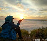 Traveler yang berfoto tatkala matahari mulai naik (Sitti/detikTravel)