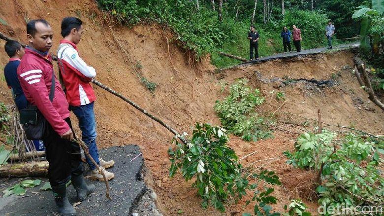 Jalan Ambrol Karena Longsor, Akses 4 Desa di Purworejo Terputus