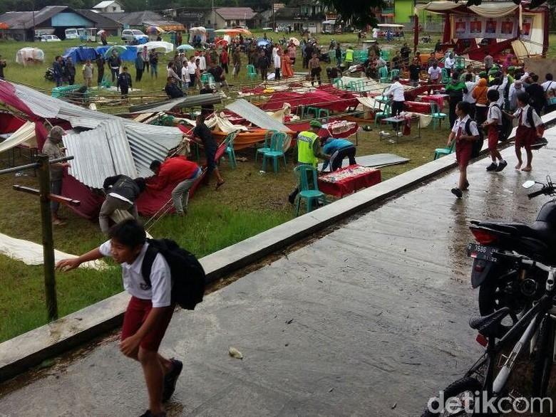 Angin Ribut Mengamuk Desa di - Banjarnegara Angin ribut melanda empat desa di Akibat kejadian satu orang dilaporkan meninggal dunia dan satu korban lainnya