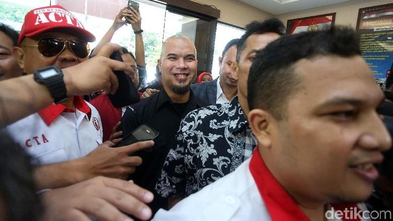 Foto: Ahmad Dhani Pulang Bareng Mulan Setelah Diperiksa Polisi