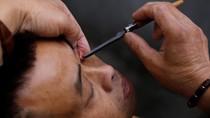 Atraksi Ekstrem di China, Bersihkan Mata Pakai Pisau