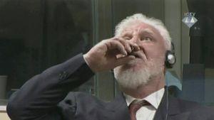 Foto: Jenderal Perang Bosnia Tenggak Racun di Pengadilan