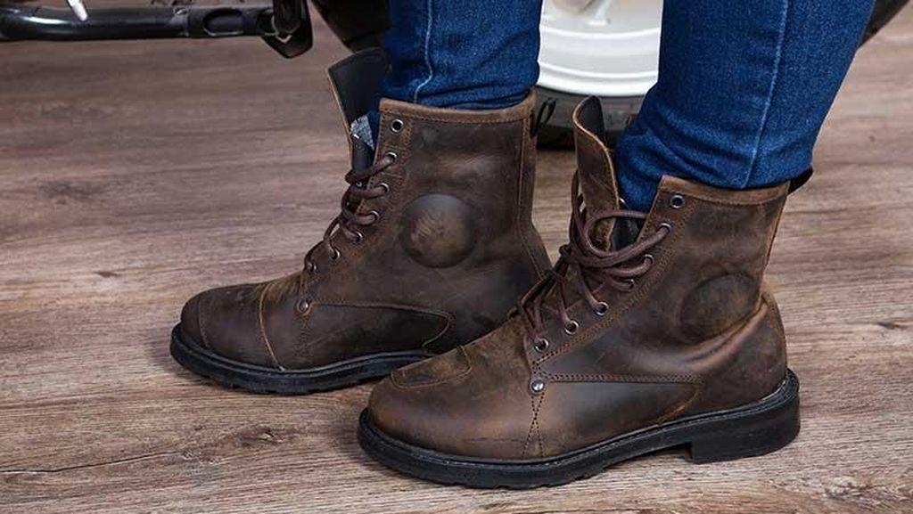 Sepatu Kulit Tetap Kece Habis Kena Hujan, Ini Caranya