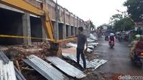 FOTO: Dua Pekerja Stadion di Kota Blitar Tertimpa Tembok