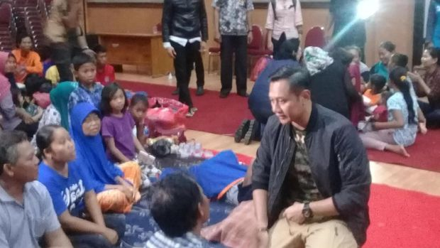 Susilo Bambang Yudhoyono dan keluarga mengunjungi pengungsi korban banjir di Kabupaten Pacitan, Jawa Timur, Kamis (30/11/2017) Foto: Sugeng Harianto