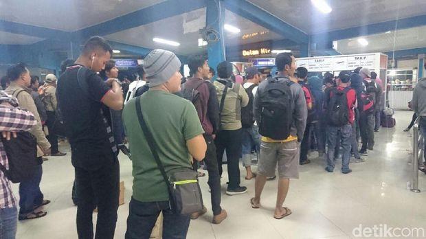 Penutupan sementara Pelabuhan Merak dan Bakauheni mengakibatkan penumpukan penumpang di area pelabuhan, Kamis (30/11/2017)