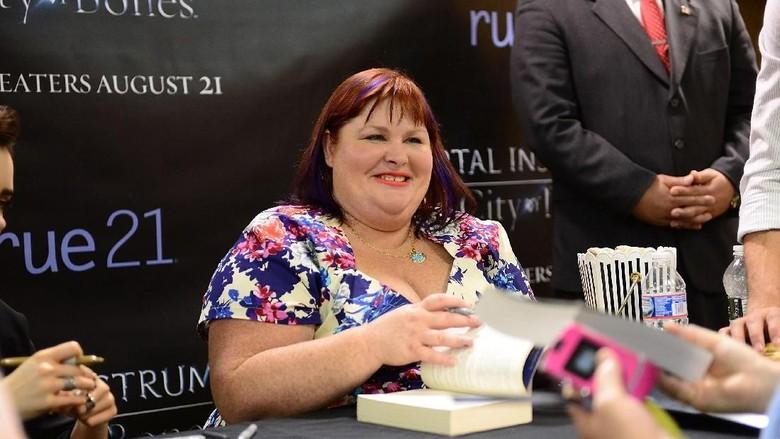 Penulis City of Bones Cassandra Clare Tulis Dua Buku