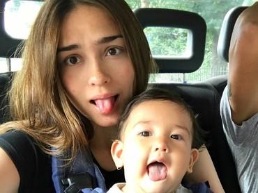 Yasmine juga kompak banget nih sama si kecil. (Foto: Instagram/yaswildblood)