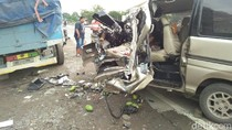 Minibus Seruduk Truk Parkir Hancur, 5 Orang Selamat