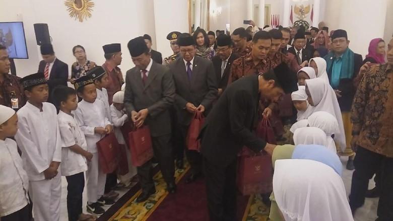 Bingkisan ke Anak Terus Belajar - Jakarta Presiden Joko Widodo mengundang anak yatim dan piatu dari sejumlah pondok pesantren untuk memperingati Maulid Nabi Muhammad