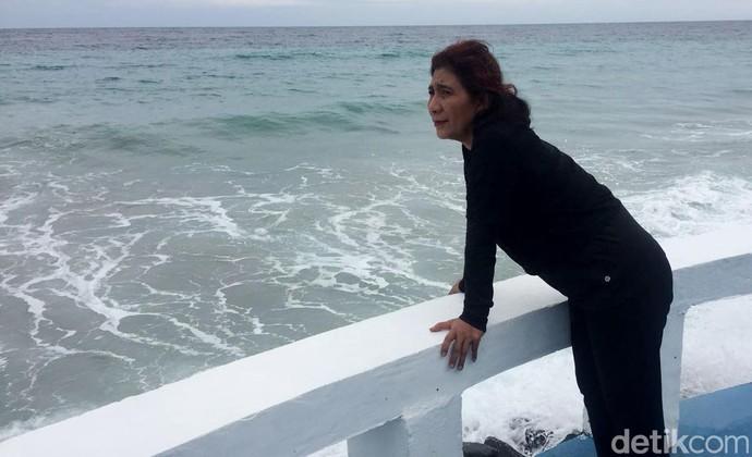 Sambil Senam, Susi Nikmati Debur Ombak Pantai Sabang