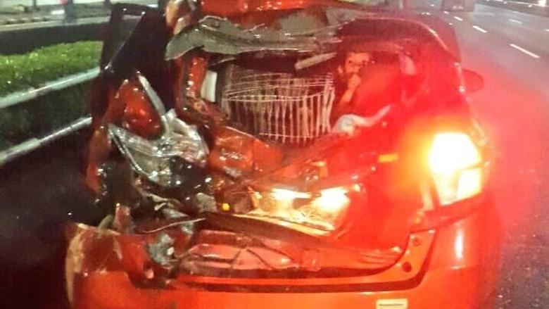 Kecelakaan Truk dan Mobil Terjadi - Jakarta Kecelakaan antara truk dan sebuah mobil terjadi di KM Tol Kecelakaan yang terjadi pada lajur yang mengarah