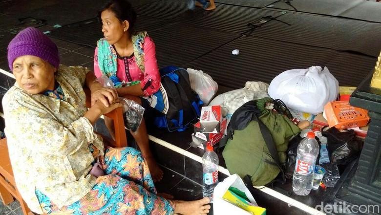 Pengungsi Banjir di Kulon Progo - Kulon Progo Warga pengungsi banjir di Kulon Progo mulai terserang mereka mengeluhkan dan Sama ada yang terutama dan