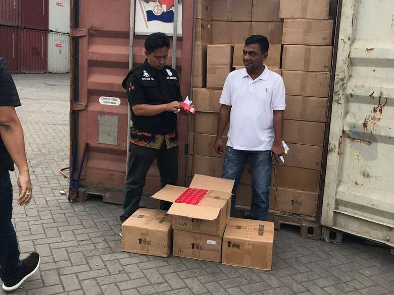 Polisi Amankan 3 Kontainer Berisi Kosmetik dan Kain Seprai