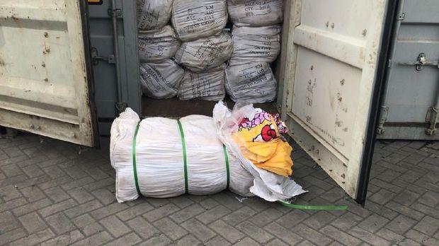 Kain seprai yang ditemukan dari kontainer