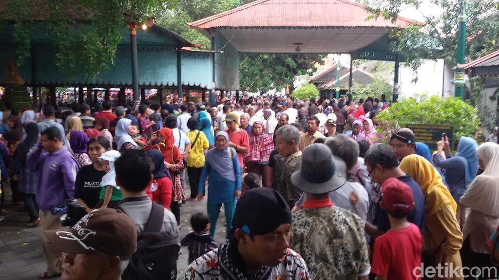 Gerebeg Maulud, Ribuan Warga Berkumpul Sejak Pagi di Keraton Yogya