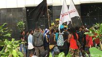 Demo di Hari Libur, Massa di Depan LBH Dibubarkan Polisi