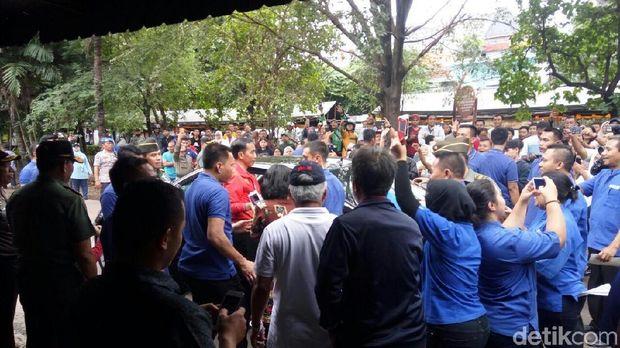 Ada warga yang mendekati Jokowi.