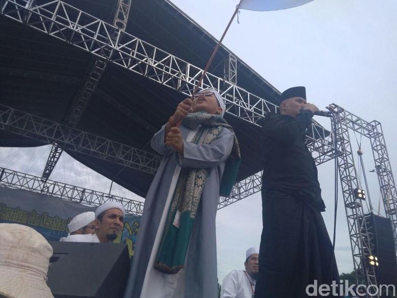 Ahmad Dhani Nyanyi Lagu Aksi - Jakarta Musisi Ahmad Dhani menghadiri reuni di Monumen Nasional hari Ia menyanyikan lagu Aksi Bela dengan pakaian serba