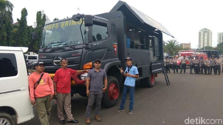 Mobil Water Treatment Korps Brimob - Jakarta Korps Brimob menyiagakan mobil pengolahan air di area Reuni di Jakarta Mobil ini bisa menyuling air kotor