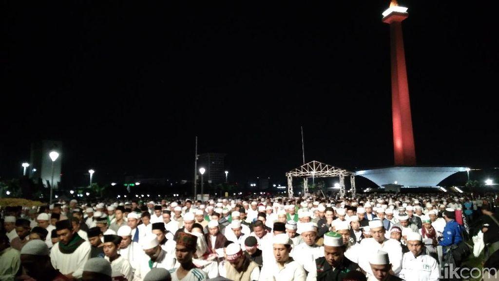 Massa Reuni 212 Menunaikan Salat Subuh Berjemaah di Monas