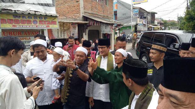 Sandiaga tampak menyalami dan berswafoto    dengan warga yang telah menunggu kehadirannya.