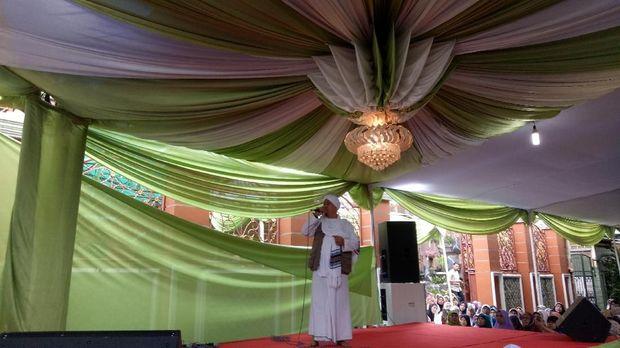 Sandiaga kemudian diantar menuju kediaman Habib Idrus Jamalullail.