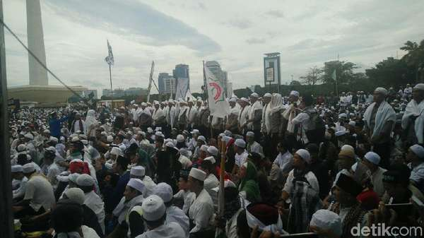 Massa Reuni 212 Bacakan Al-Fatihah untuk Habib Rizieq