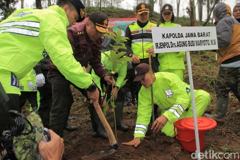 Anggota Polres Bandung Tanami 425 Hektare Lahan Perhutani yang Rusak