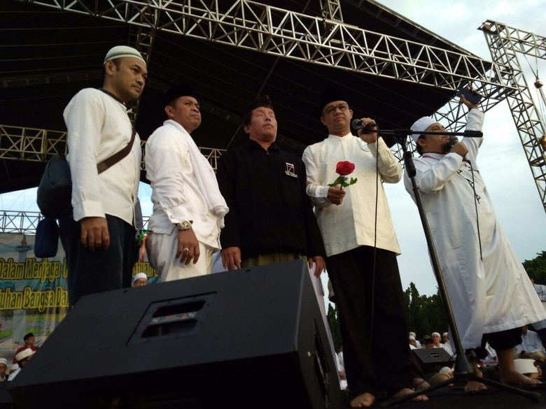 Di Reuni 212, Anies Baswedan Berikan Bunga kepada Kaum Difabel