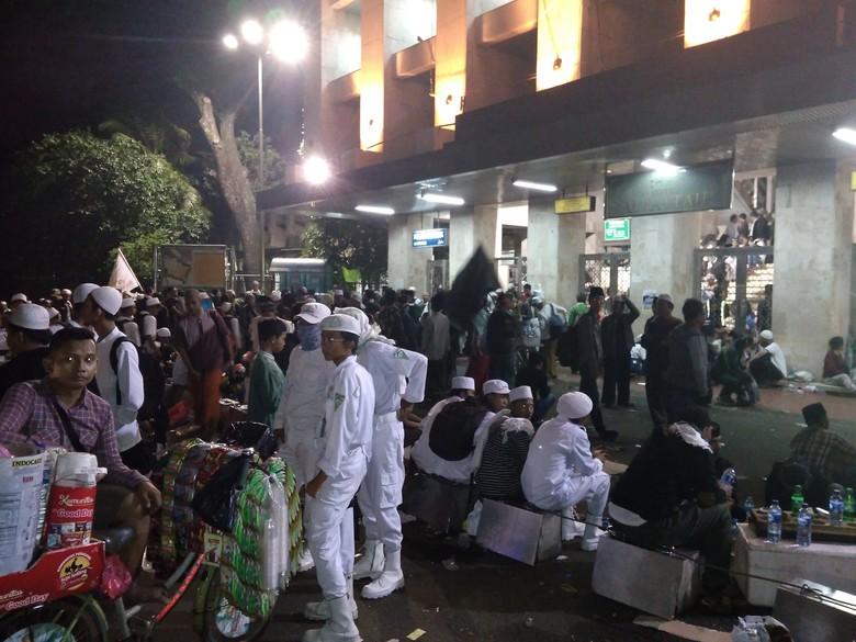Massa Reuni Mulai Penuhi Masjid - Jakarta Massa alumni akan menggelar reuni di Jakarta Saat ini massa sudah tampak memenuhi Masjid detikcom sekitar pukul
