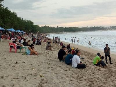 Foto: Pantai Kuta yang Tetap Ramai Turis