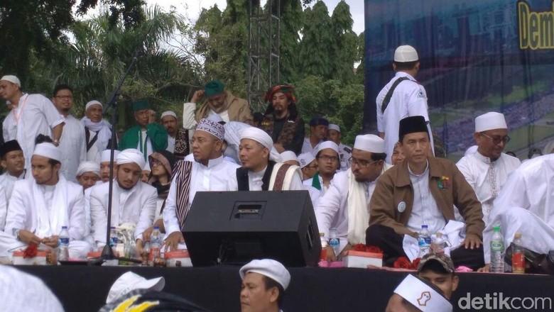Pesulap Limbad Muncul di Panggung - Jakarta Pesulap Limbad atau Master Limbad ternyata ikut hadir di acara Reuni Alumni Dia berdiri di atas panggung