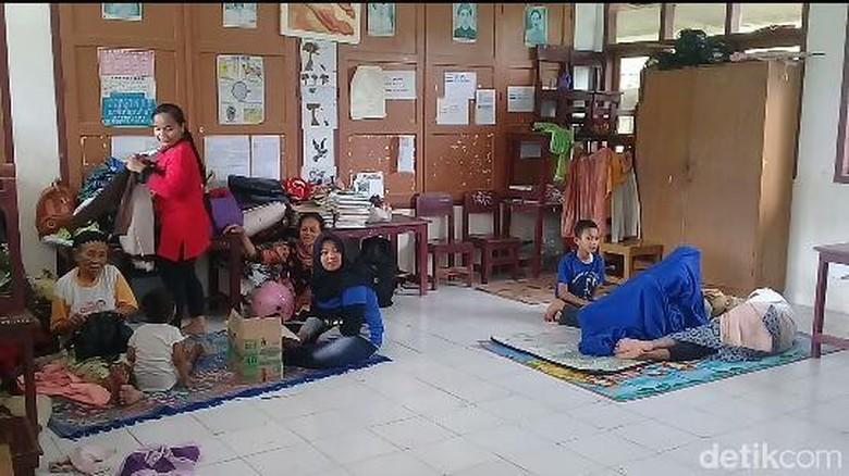 Takut Longsor Warga Pacitan Bertahan - Pacitan warga Desa Kecamatan masih bertahan di Warga masih trauma terjadi longsor pasca warga menjadi sekeluarga dan lainnya