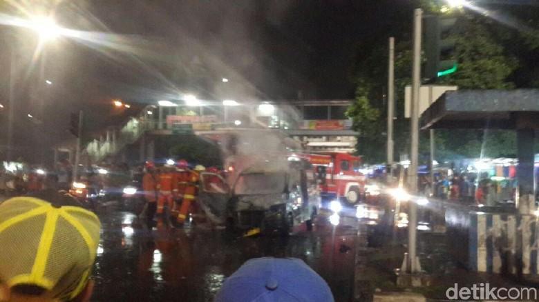 Mobil Angkot Terbakar Hangus di - Jakarta Mobil angkutan kota terbakar di kawasan Jakarta Api yang membakar angkot tersebut sudah dipadamkan oleh ada angkot